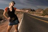 Une jolie blonde provoque les automobilistes